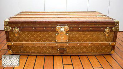 How to recognize a Louis Vuitton cabin trunk? Unlike the suitcase, the cabin trunk with two handles, it is designed for train travel.