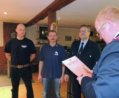 Für langjährige Tätigkeit im Brandschutz erhieltn Martin Behrens (10 Jahre),  sowie Silvio Wetteborn und Heiko Behrens (20 Jahre) eine Ehrung mit Übergabe einer Anstecknadel.