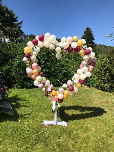 Ballonherz Kupfer aus Kupferrohr mit Ballons dekoriert in Bielefeld für Hochzeitsempfang
