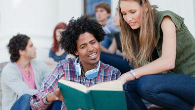 Bild eines ausländischen Studenten und einer einheimischen Studentin