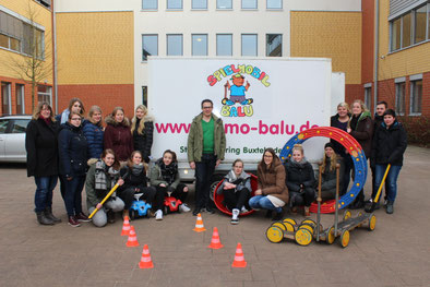 Das Spielmobil-Team der Schülerfirma mit Marcel Haberkorn (Mitte) vom SJR-Vorstand - Foto: Jörg Blanke