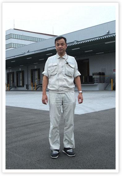 エフピコアルライト本社工場の前に立つ本田日出男さん