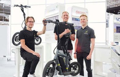 Gründerteam mit STEEREON E-Scooter / Quelle: HEINZMANN
