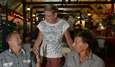 Wer zum Beispiel ins Tropenparadies Thailand auswandert, braucht das Geld der 2. Säule nicht ins Steuerparadies Schwyz zu überweisen. Im Bild: Heidi Lüdi-Burkhard im Heidi's Gardenrestaurant in Hua Hin.