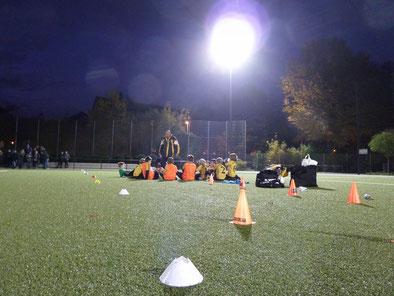 Halbzeitpause: TuS E1 im Spiel gegen die E2 der SpVgg. Schonnebeck. - Fotos: mal.