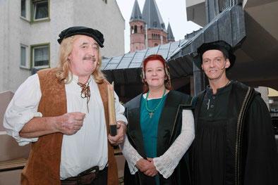 Sind sich im wahren Leben nie begegnet, jetzt aber beim Pressefest in Mainz: Johannes Gutenberg (Hans-Peter Betz), Martin Luther (Norbert Hospes) und Katharina von Bora (Susanne Ehrhardt).   Foto: Bernd Eßling.