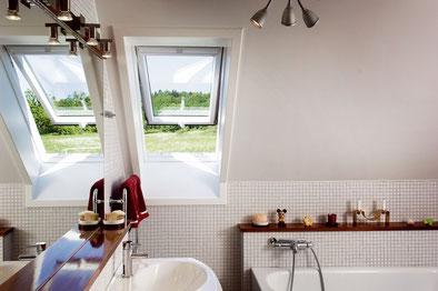 Nach dem Fenstertausch kommt viel mehr Licht ins Bad; Foto: Velux