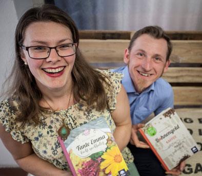 """Die beiden Jung-Autoren Martina Pauzenberger & Michael Pauzenberger mit ihren Erstlingswerken """"Bohnengold"""" und """"Tante Emma kocht nachhaltig"""""""