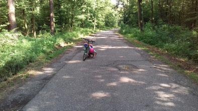 raus gehen mit Kindern Kind mit Fahrrad