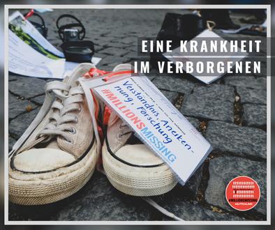 Das Foto zeigt ein paar verwaiste Schuhe von einer an ME/CFS-Erkrankten Person. An den Schuhen ist eine Botschaft geheftet mit dem Text »Verständnis, Anerkennung, Forschung | #MillionsMissing«.