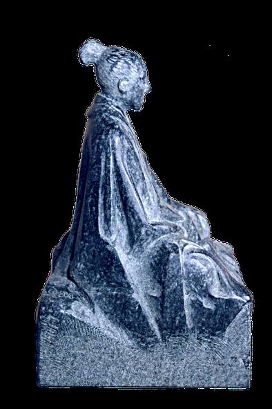 Meditation als Skulptur aus anthrazitfarbigem Stein. (Diabas)