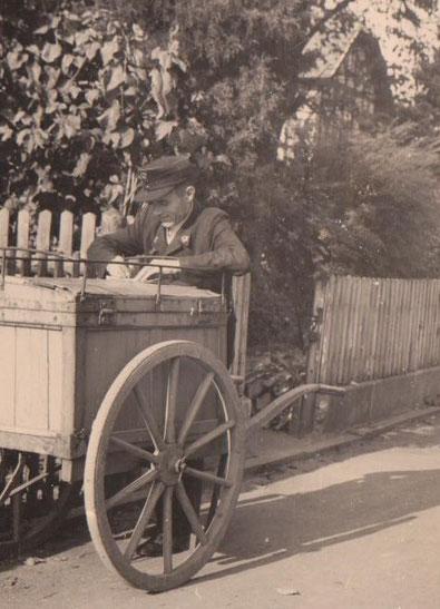 Josef Malek am Postwagen vor Haus Jahn, rechts Villa Plahs 1956 - Archiv W.Malek