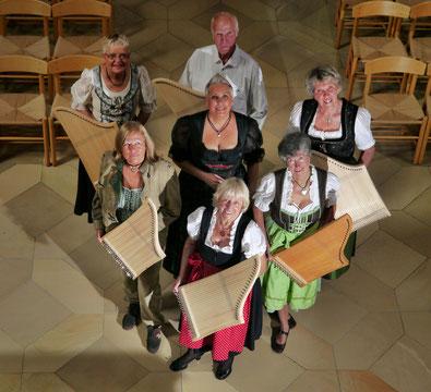 Auf dem Bild vorne: Anita Klenovski, dann nach links: Erika Maier, Christiane Wilhelm, Heinz Schwegler, Renate Weiss, Ilse Lau. In der Mitte Susanne Nestel.