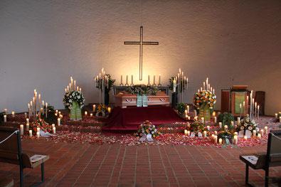 Kirchen- und Blumenschmuck bei Beerdigung