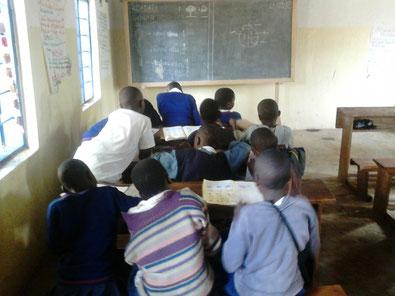 Matheunterricht in Klasse 2 :) Klasse 3 und 4 haben ihre Tafel an der gegenüberliegenden Seite des Raumes