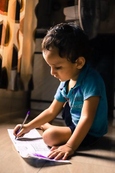 enfant qui apprend a ecrire