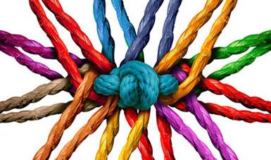 Button: Angebote für Fachkräfte   aus allen Richtungen in einem Knoten zusammenlaufende Fäden, in allen Farben des Regenbogens