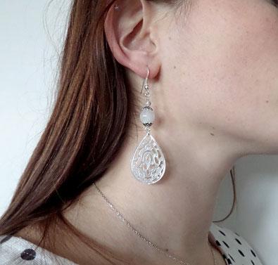 photo-boucle-d-oreille-portee-a-goutte-en-nacre-blanche-argent-pierre-de-lune