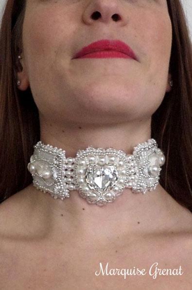 photo-jeune-fille-portant-collier-ras-du-cou-brode-blanc-argent-mariage