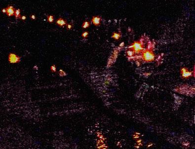 川面に映った火と共に「たいまつ」は二列・・