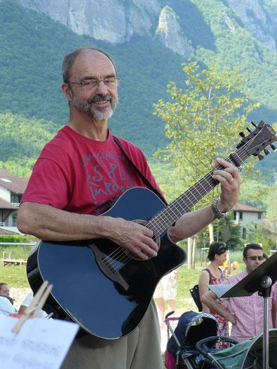 Ecole de musique EMC à Crolles - Grésivaudan : concert avec un musicien jouant de la guitare d'accompagnement.