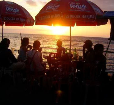 Kleiner Kiosk am Strand im Sonnenuntergang