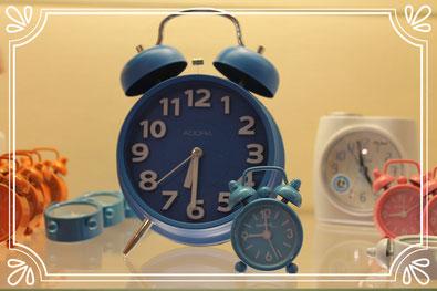 Klassischerblauer Wecker in verschiedenen Größen