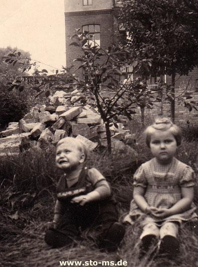 Im Garten meines Elternhauses ca. 1952 mit Trümmerresten - Foto Maria Seidel