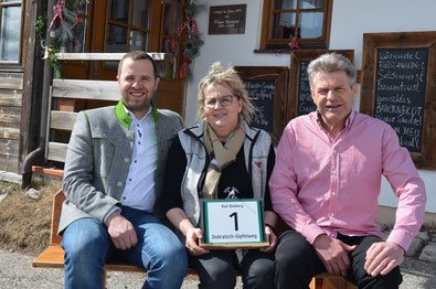 Andrea und Gerhard Riedel mit Bürgermeister Christian Hecher