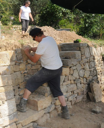 old-staircase-repairing-restoration-var-cotignac-dry-stone-wall