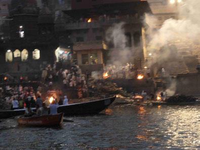 Leichenverbrennung am Manikarnika Ghat von Varanasi   Foto: Weil