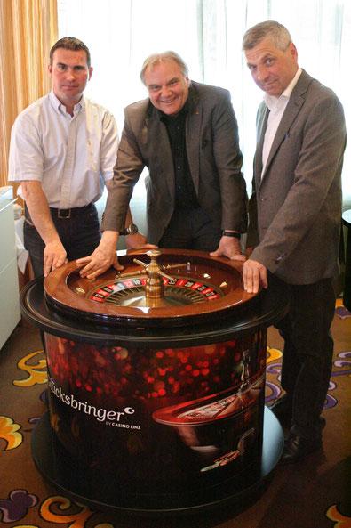 Neues Jahr, neues Spiel - Gesamtsieger 2015 Josef Schwarz jun., Direktor des Casino Linz Josef Kneifel und Veranstalter Helmut Morbitzer © Linzer Pferdefestival