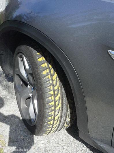 Die gelbe Farbe von Fahrbahnmarkierungen auf dem Vorderreifen war bald wieder weg.