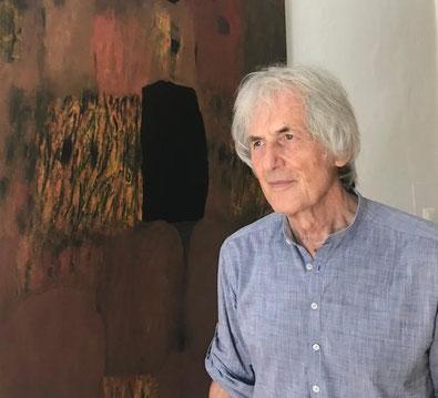 Ausstellungseröffnung im Schloss Ebenau 2019, Gustav Janus vor seinen Bildern