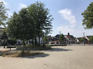 Gepflasterte Freifläche neben dem Busbahnhof Bremen-Huckelriede