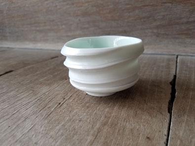 磁のぐい呑:晩香窯の庄村久喜が制作。外側はシルクの光沢をもつ白で内側が緑色の白磁作品。お酒を楽しむアイテム