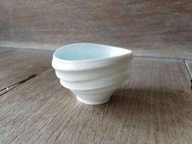 磁のぐい呑:晩香窯の庄村久喜が制作。外側はシルクの光沢をもつ白で内側が青色の白磁作品。お酒を楽しむアイテム