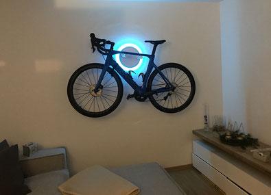 Wandhalter Wandmontage Halterung Fahrrad Rennrad Orbea Holz mit Beleuchtung LED Bike wall mount weiß
