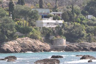 アイリーン・グレイの別荘(下)、海の家(左上)、「Etoile de Mer」(右上) ※キャバノンは「Etoile de Mer 」の更に右側(樹に隠れて見えない部分)
