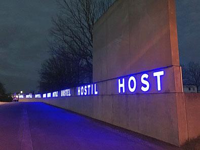 Die beeindruckende LED-Leuchtschrift an der Außenwand der Gedenkstätte