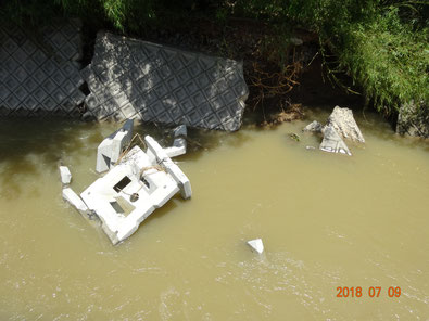 明治橋南、堤防が壊されています。