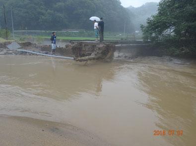 堤防決壊により川の水が田んぼへ