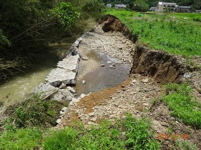 山手、堤防がえぐられています。