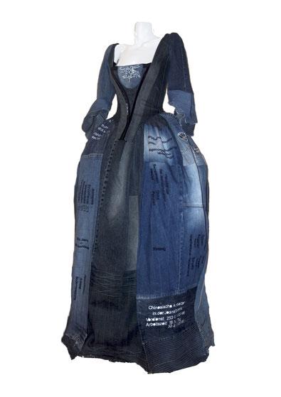 Mood Indigo. Rokokokleid aus gebrauchten Jeans mit aufgestickten Informationen zur Jeansherstellung