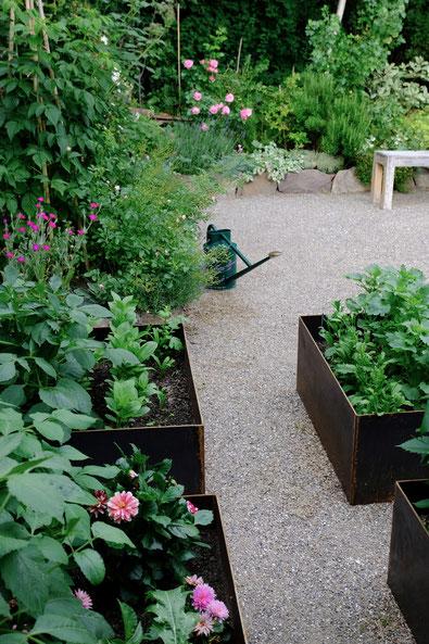 dieartigeGARTEN //June Garden - new high beds / neue Kniehochbeete mit reichlich zunehmendem Grün