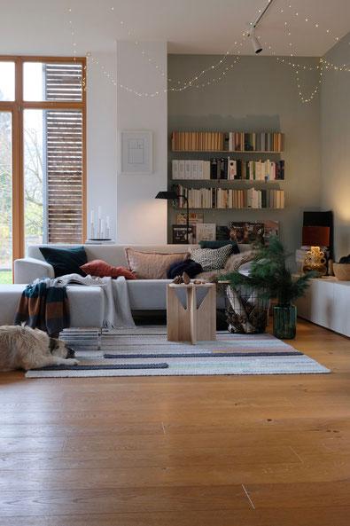 dieartigeBLOG // Wohnzimmer im November, Freistil-Sofa in Hellgrau + Lichterkette + Kiefer