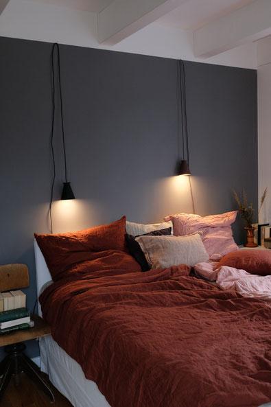 dieartigeBLOG // Schlafzimmer im Oktober, Graue Wand, Leinen in Rost + Rosé