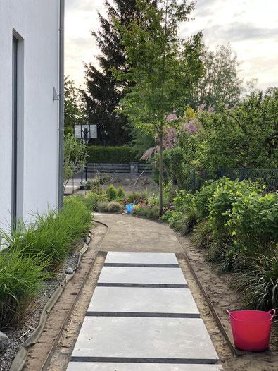 dieartigeGARTEN // NEU: 35m Weg zum Haus | Stahlkanten+Blausteinplatten, modern+ganz entspannt