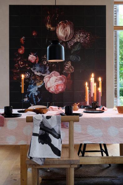 dieartigeBLOG // Esszimmer, Wandbild, IXXI, Herbst - Textilwerk Leinentischwäsche, Kristina Dam Studio Chair, Eno Studio Kerzenständer