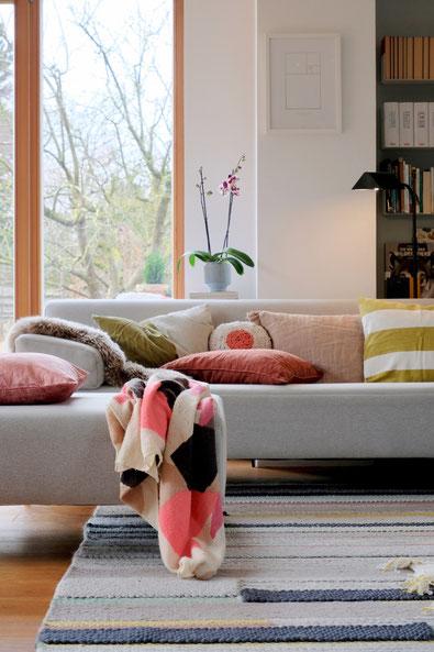 dieartigeBLOG // Wohnzimmer, Sofaecke in Neon & Bunt - Sofa Freistil, Teppich Ikea, Kissen: Lumikello, Depot, HM Home